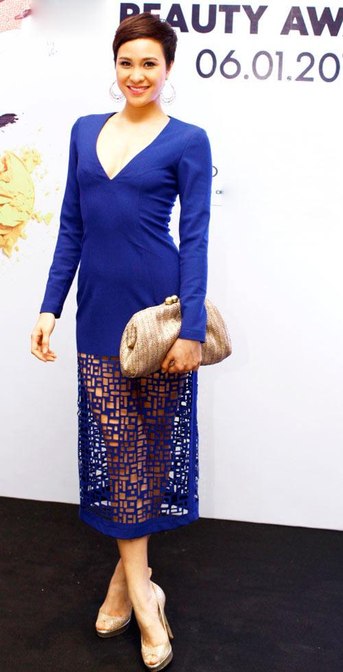 Phương Mai với một thiết kế có phần chân váy sử dụng kỹ thuật cắt laser, giúp cô khoe đôi chân thon dài