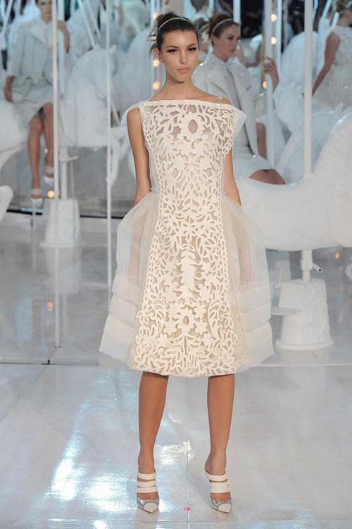 Thương hiệu Louis Vuitton từng gây tiếng vang với những thiết kế cắt laser tinh xảo và thanh lịch trong bộ sưu tập xuân hè 2012