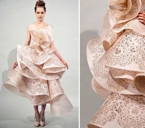 Cô dâu rạng rỡ như một bông hoa với váy xếp tầng của Marchesa.